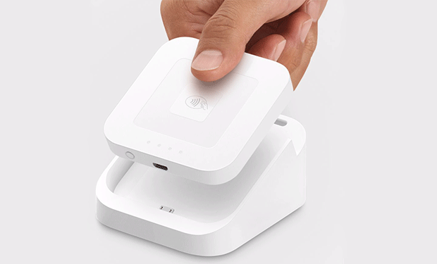 「Square Reader」を専用ドックにセットする